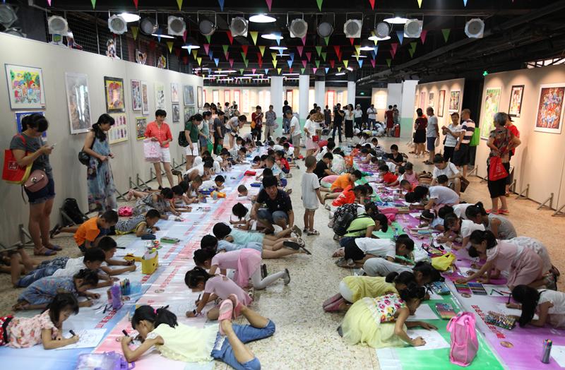 助力创城 美绘岩城 百米绘画活动在龙岩市青少年宫举行