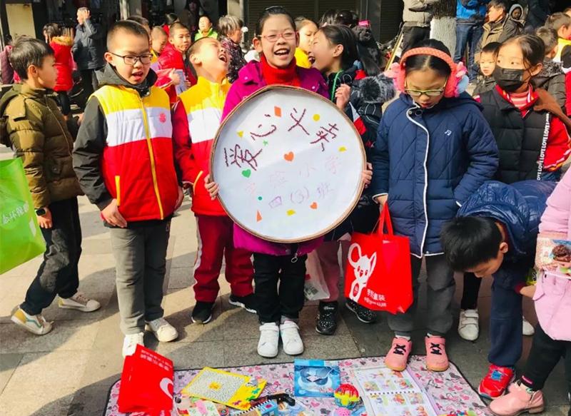 """上杭县""""爱心传递 青春驿站""""儿童跳蚤市场公益义卖活动现场"""