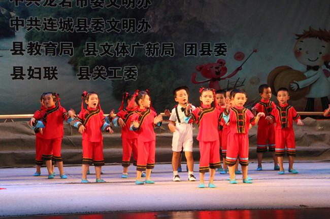 儿园学生表演《我家的童谣》-龙岩举办优秀童谣传唱展演活动 展示